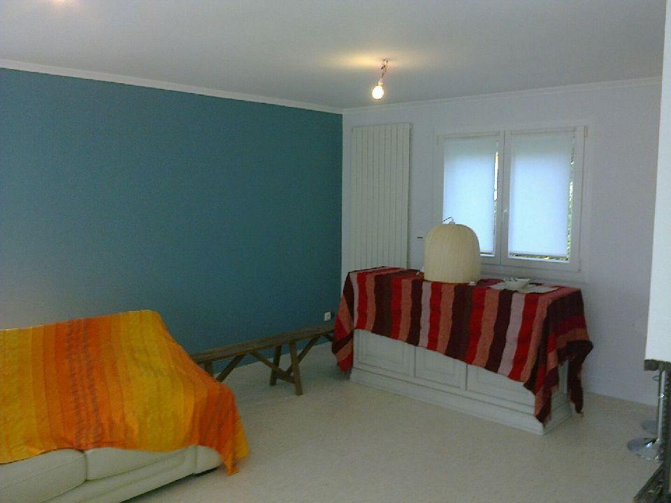 Peinture murale bleue dans salon.