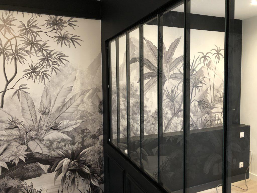 Revêtement mural par tapisserie d'un paysage et verrière noire par Didier Benaiteau dans le 44